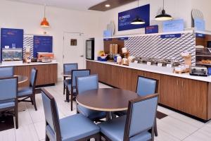 mkvca-holiday-inn-express-breakfast-area1